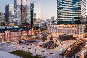 丸の内から望む夕暮れの東京駅前広場の写真素材 [FYI01812610]