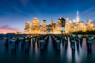 ブルックリン・ブリッジ・パークから望むニューヨーク・ロウアーマンハッタンの夜景の写真素材 [FYI01812723]