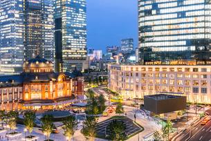 東京駅舎と丸の内の夜景の写真素材 [FYI01812734]