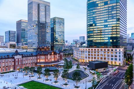 東京駅舎と夕暮れの丸の内の写真素材 [FYI01812778]