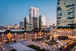 丸の内から望む夕暮れの東京駅前広場の写真素材 [FYI01812782]