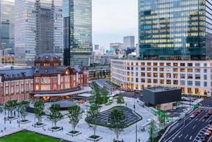 東京駅舎と夕暮れの丸の内の写真素材 [FYI01812796]