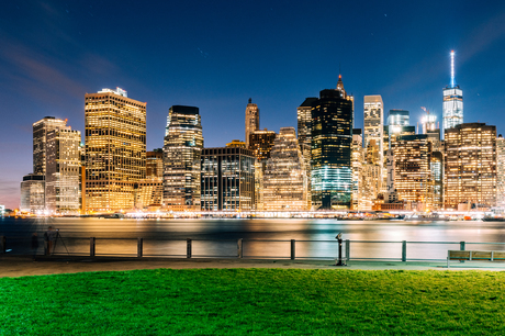 ブルックリン・ブリッジ・パークから望むニューヨーク・ロウアーマンハッタンの夜景の写真素材 [FYI01812800]