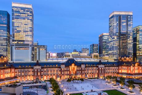 東京駅舎と丸の内の夜景の写真素材 [FYI01812801]