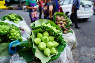 バンコクの沿道で売られる蓮の花の写真素材 [FYI01812806]
