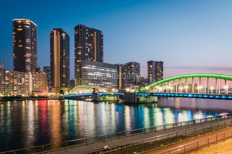 夕暮れの勝鬨橋と隅田川の写真素材 [FYI01812843]