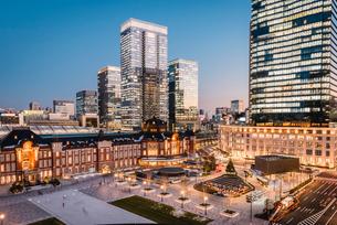 丸の内から望む夕暮れの東京駅前広場の写真素材 [FYI01812890]