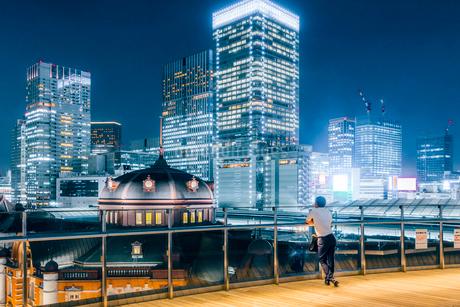 東京駅舎と丸の内の夜景の写真素材 [FYI01812903]