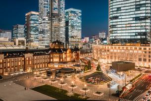 丸の内から望む夜の東京駅前広場の写真素材 [FYI01812913]