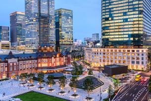 東京駅舎と丸の内の夜景の写真素材 [FYI01812949]