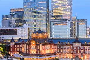 東京駅舎と丸の内の夜景の写真素材 [FYI01813012]