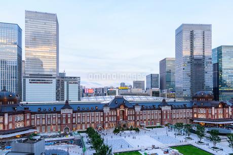 東京駅舎と夕暮れの丸の内の写真素材 [FYI01813053]