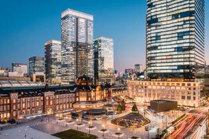 丸の内から望む夕暮れの東京駅前広場の写真素材 [FYI01813063]