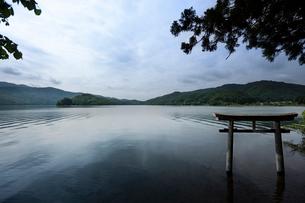 桧原湖に立つ山神社の鳥居の写真素材 [FYI01813073]