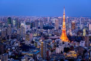 東京タワーと薄暮の都心の写真素材 [FYI01813085]