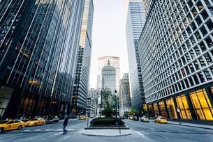 ニューヨーク・ミッドタウンの街並みの写真素材 [FYI01813121]