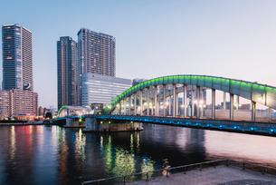 夕暮れの勝鬨橋と隅田川の写真素材 [FYI01813124]