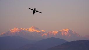 ヒマラヤ連峰とセスナ機の写真素材 [FYI01813142]