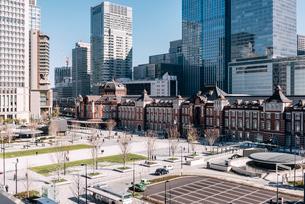 丸の内から望む東京駅前広場の写真素材 [FYI01813154]