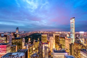 ニューヨーク・トップオブザ・ロックからの夜景の写真素材 [FYI01813169]