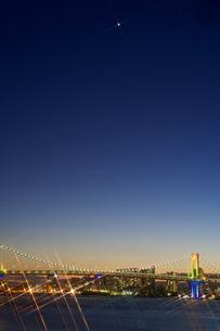 レインボーブリッジと一番星の写真素材 [FYI01813177]