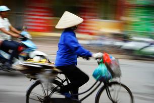 ハノイの自転車に乗る女性の写真素材 [FYI01813235]