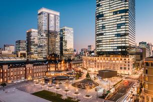 丸の内から望む夕暮れの東京駅前広場の写真素材 [FYI01813241]