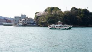 向島へ向かう渡船の写真素材 [FYI01813282]
