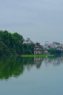 ベトナム ホアンキエム湖の写真素材 [FYI01813286]