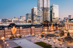 丸の内から望む夕暮れの東京駅前広場の写真素材 [FYI01813316]