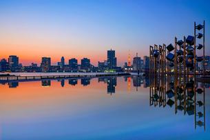 晴海埠頭夕景とオブジェと東京タワーの写真素材 [FYI01813352]