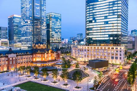 東京駅舎と丸の内の夜景の写真素材 [FYI01813382]