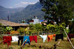 ペワ湖ほとりの民家とヒマラヤ連峰の写真素材 [FYI01813401]
