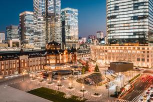 丸の内から望む夜の東京駅前広場の写真素材 [FYI01813415]