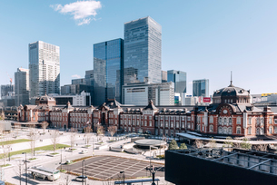 丸の内から望む東京駅前広場の写真素材 [FYI01813448]