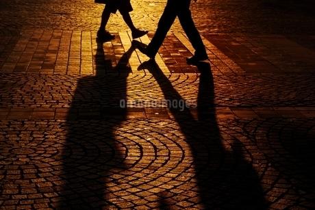 交差する男女のシルエットの写真素材 [FYI01813518]