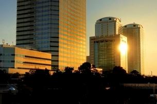 夕日をあびる幕張のビル群の写真素材 [FYI01813520]
