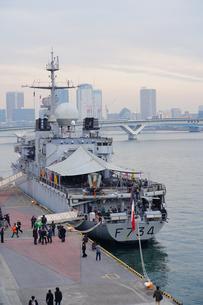 晴海埠頭に寄港するフランス軍艦の写真素材 [FYI01813568]