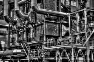 入り組んだ配管の工場の写真素材 [FYI01813593]