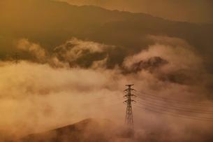 朝霧の中に浮かぶ鉄塔の写真素材 [FYI01813613]