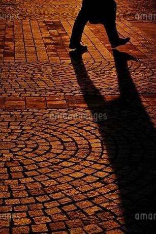 歩く男性のシルエットの写真素材 [FYI01813632]