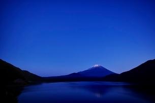 本栖湖より望む富士山と逆さ富士の写真素材 [FYI01813639]