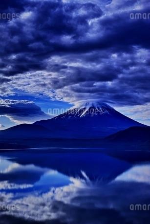 本栖湖より望む雲のかかった富士山の写真素材 [FYI01813644]