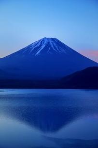 本栖湖より望む富士山と逆さ富士の写真素材 [FYI01813661]