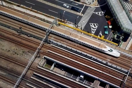 浜松町駅を通過する新幹線の写真素材 [FYI01813692]