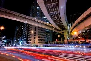 多くの車が行き交う西新宿ジャンクション付近の交差点の写真素材 [FYI01813694]