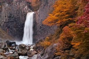 秋の苗名滝の写真素材 [FYI01813716]