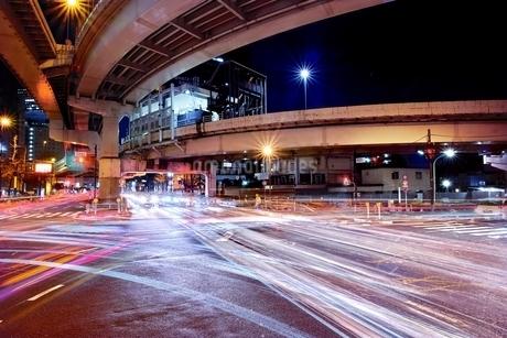 多くの車が行き交う西新宿ジャンクション付近の交差点の写真素材 [FYI01813745]