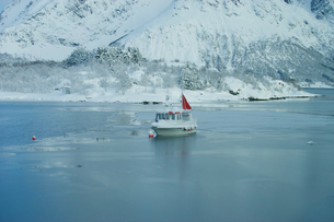 ノルウェーのフィヨルドと船の写真素材 [FYI01813773]