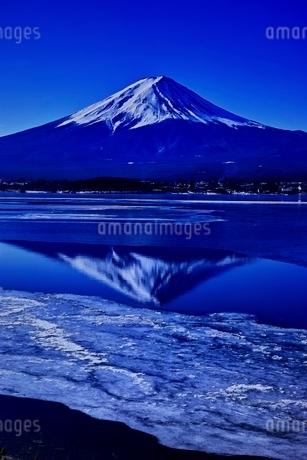 氷結した河口湖より望む富士山の写真素材 [FYI01813776]
